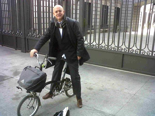 Odón Elorza mueve ficha a favor de la seguridad ciclista.